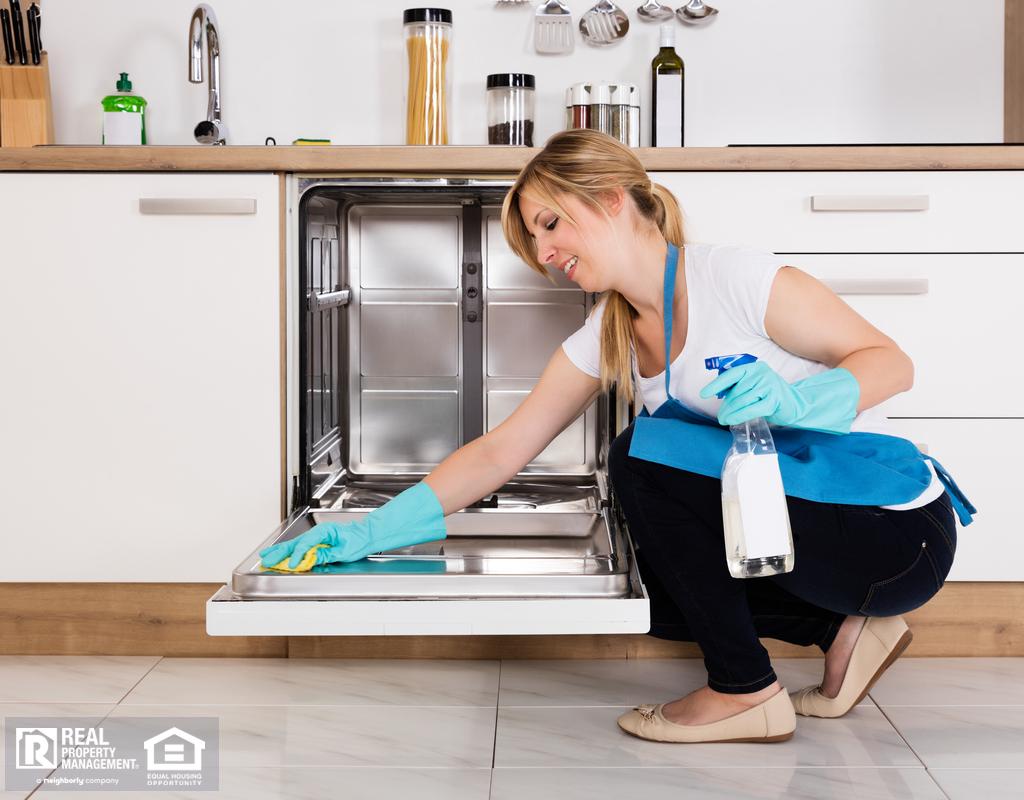 金发女郎用橡胶手套清洗洗碗机