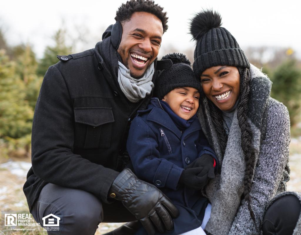 快乐的家庭在户外度过冬天