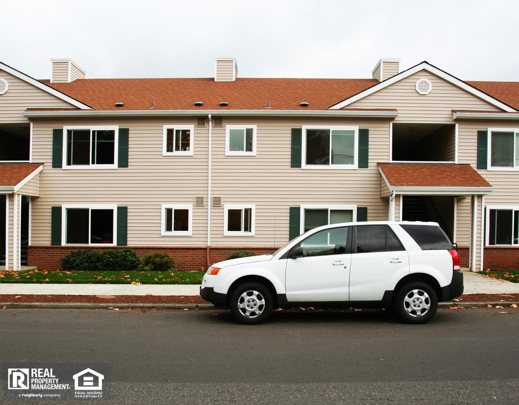 公寓楼前的马路上停着一辆白色的车