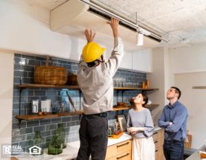 暖通空调维修人员在厨房维修空调